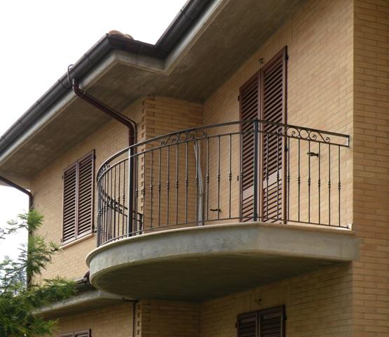 Grande ringhiera balcone in ferro battuto lo54 pineglen - Cancelli x finestre ...